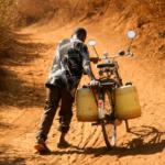 Au Kenya, un homme a du mal à transporter des bidons d'eau sur son vélo. L'eau, putride et pleine de bactéries, était tout ce qu'il y avait de disponible. Il l'a probablement donné à boire à sa famille en l'état.